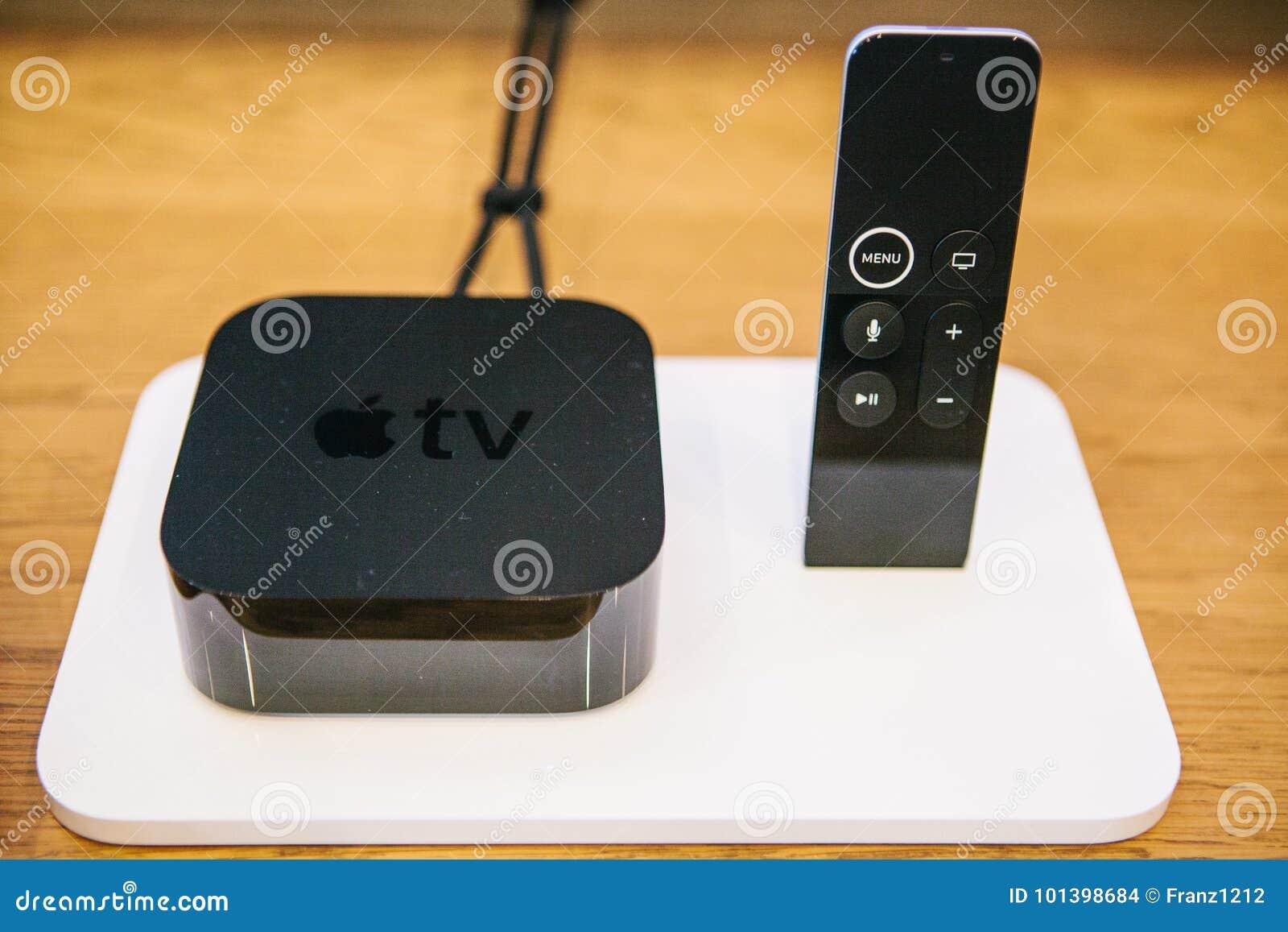 Berlijn, 2 Oktober, 2017: presentatie van nieuwe Apple-producten in de officiële Apple-opslag Modern geavanceerd blok van Apple