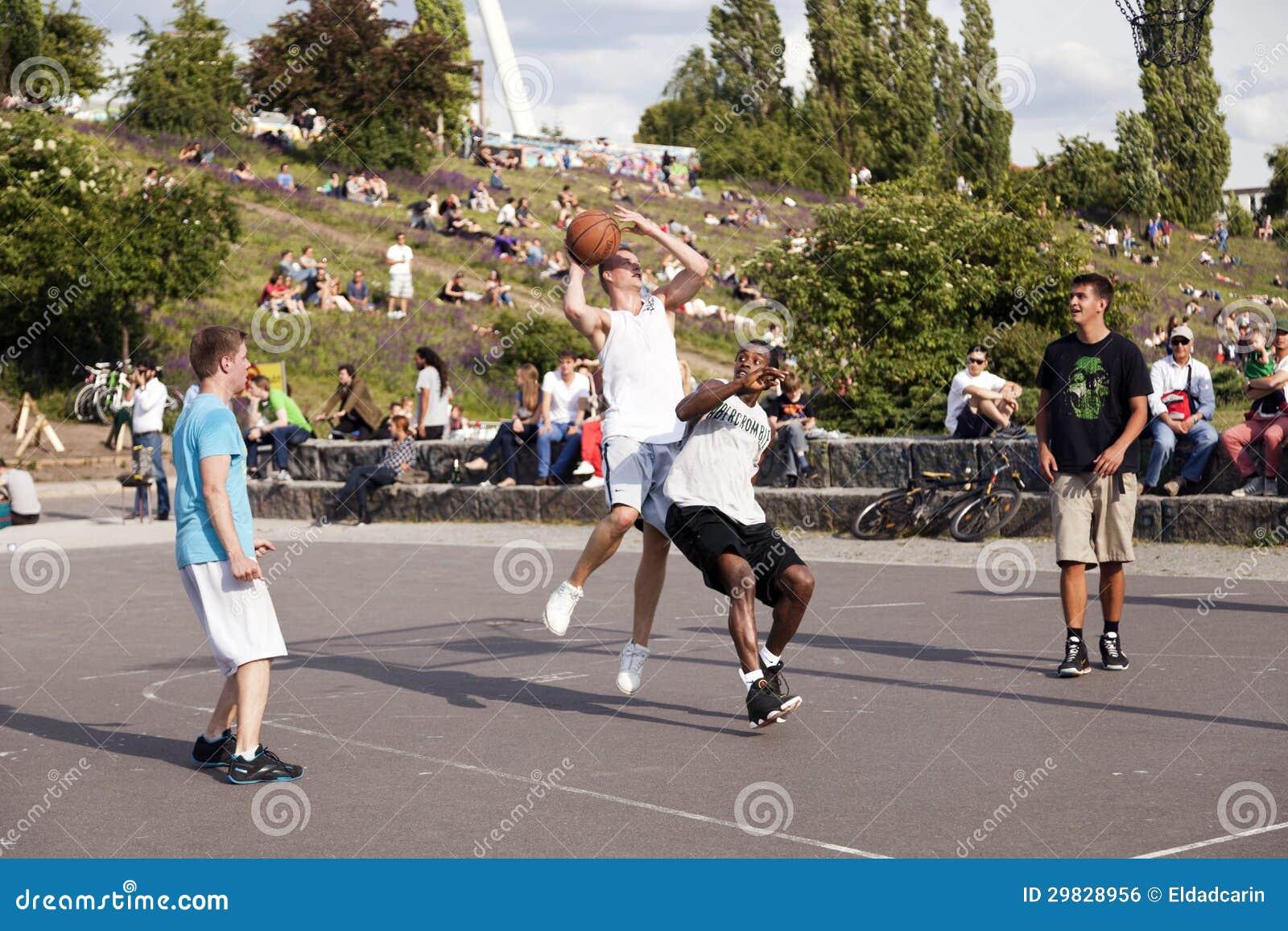 Batalha intensa do basquetebol da rua