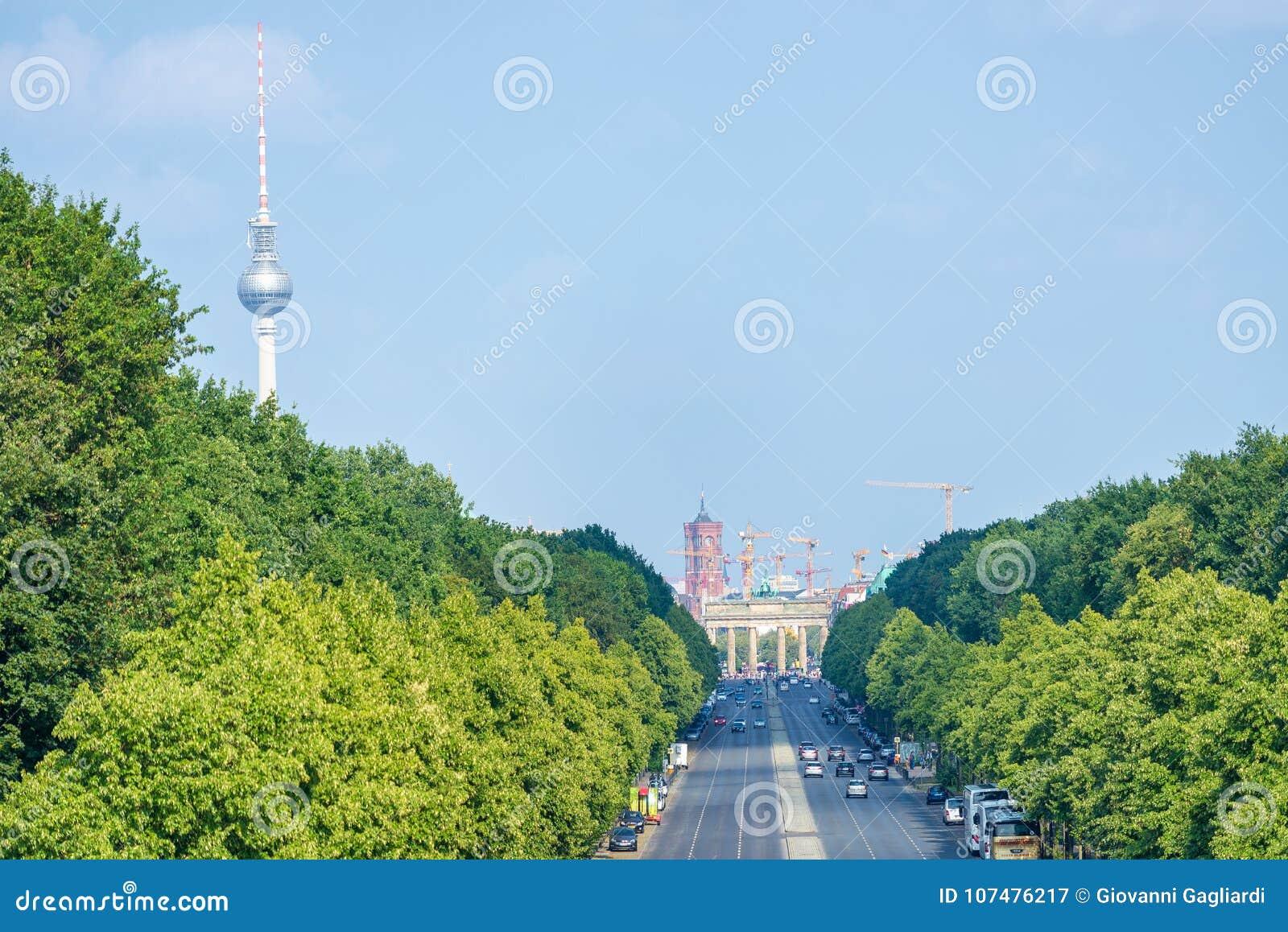 BERLIM, ALEMANHA - 24 DE JULHO DE 2016: Skyline da cidade ao longo da avenida longa,