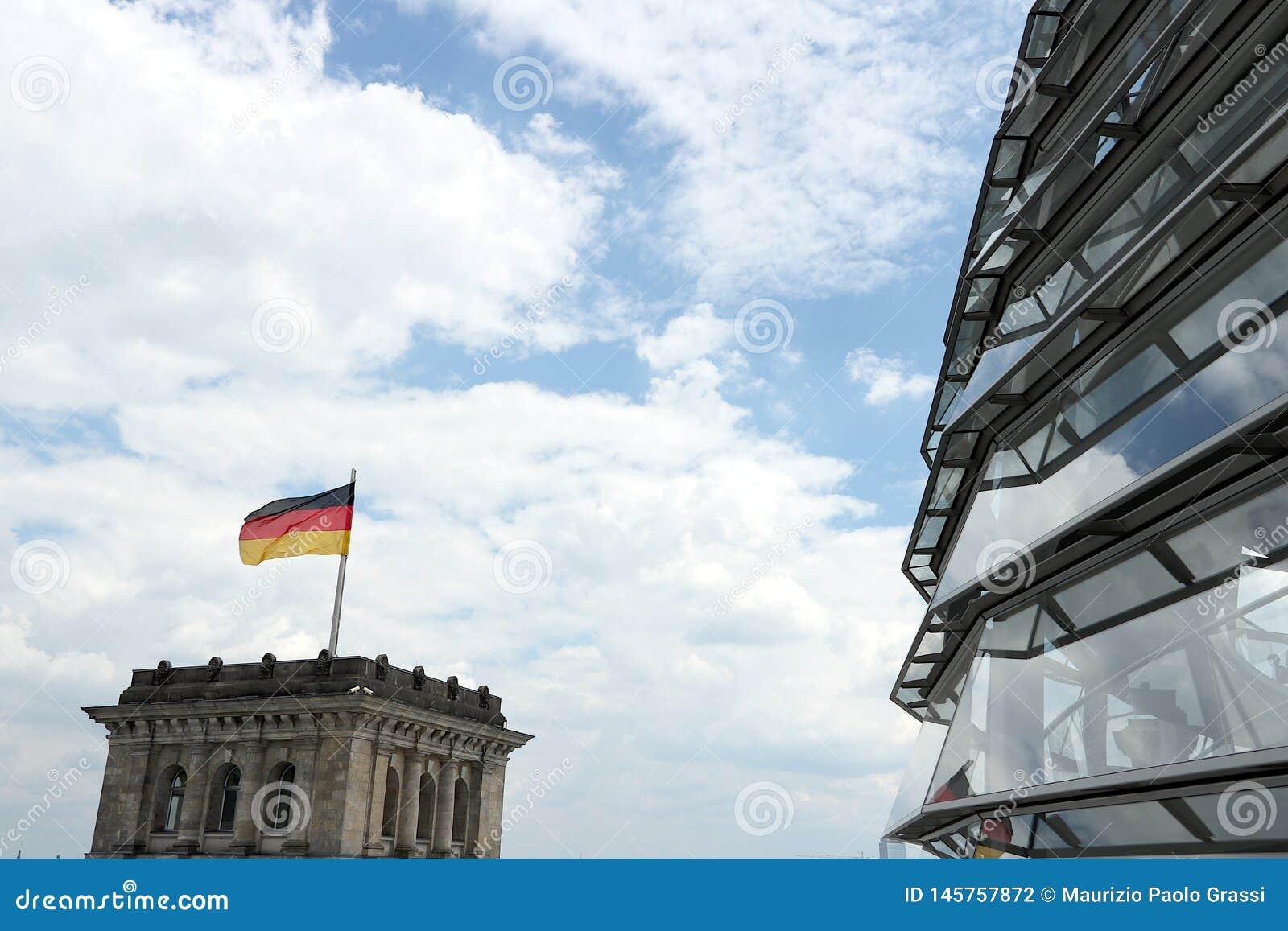 Berlim, Alemanha, o 13 de junho de 2018 A ab?bada nova do Bundestag com o trajeto para visitantes