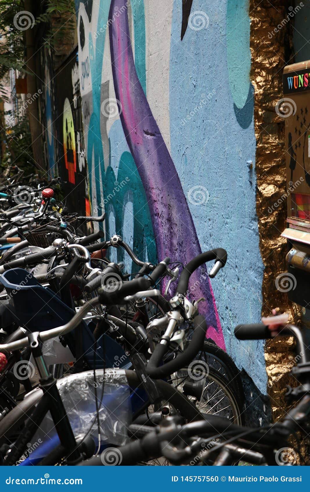 Berlim, Alemanha, o 13 de junho de 2018 Uma pintura mural colorida em um parque de estacionamento da bicicleta em um pátio de Ber