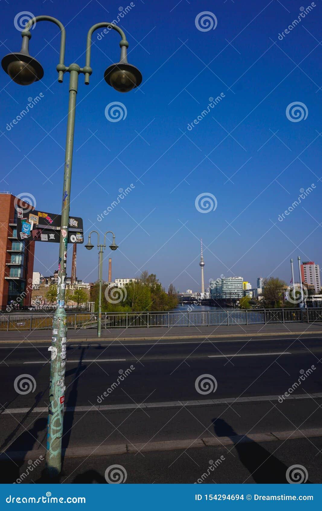 Berlinés Fernsehturm de un puente