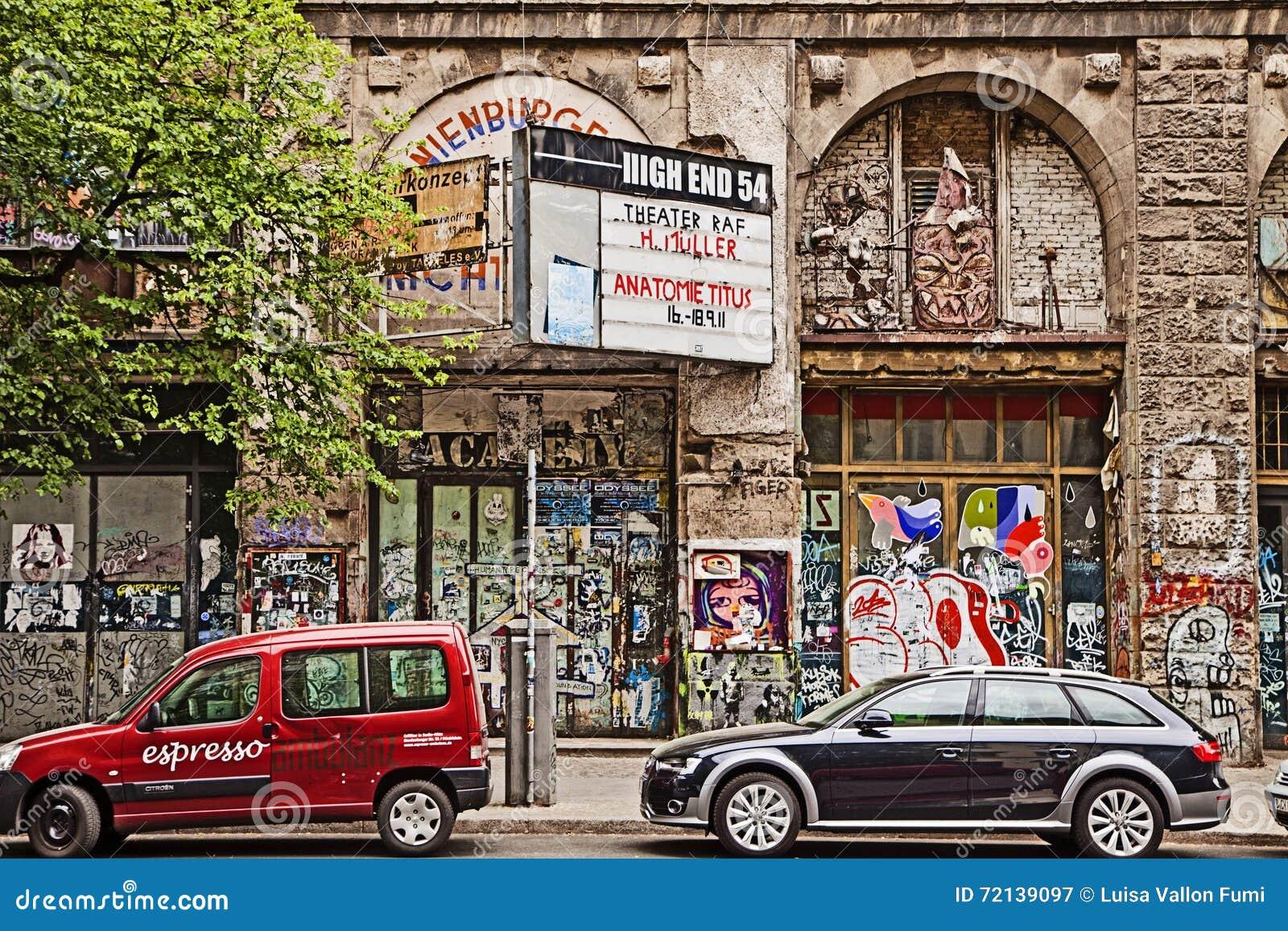 Berlin, Autos Parkte Vor Verfallenem Kunsthaus Tacheles ...