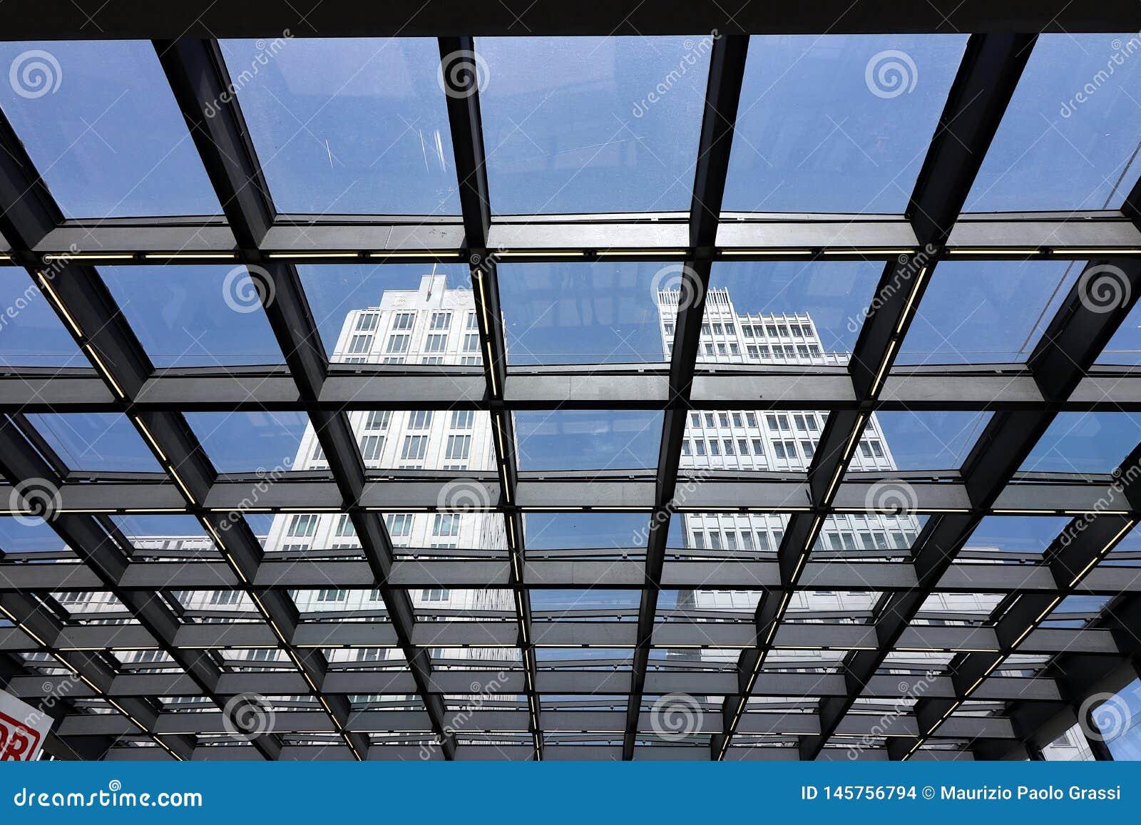 Berlin 06/14/2018 Bâtiments de tour vus d un toit en verre