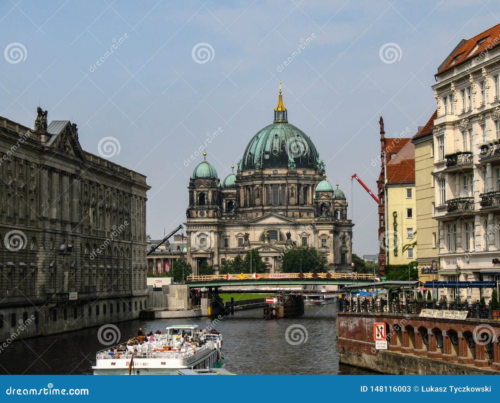 Berlin Cathedral Berliner Dom över festfloden i Berlin, Tyskland
