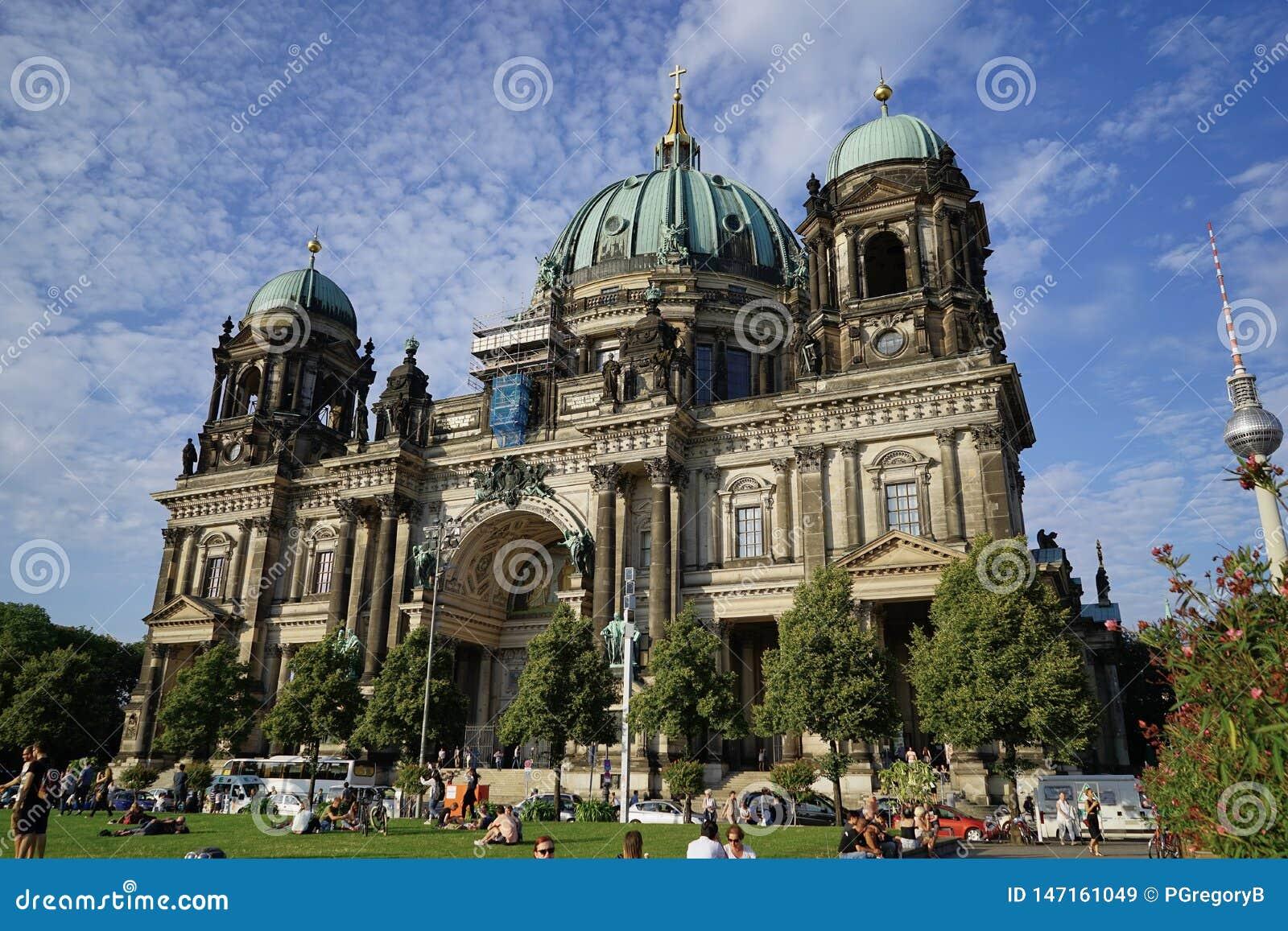 Berlin Cathedral con tres bóvedas preciosas del verdete