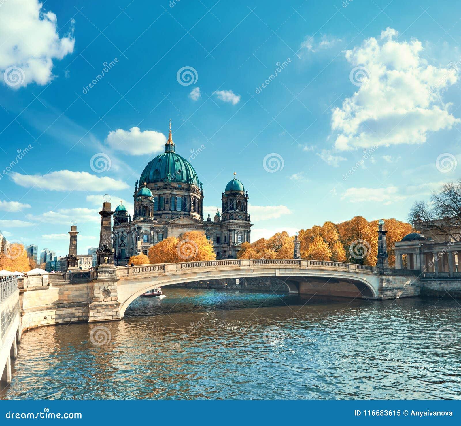 Berlin Cathedral mit einer Brücke über Gelagefluß im Herbst