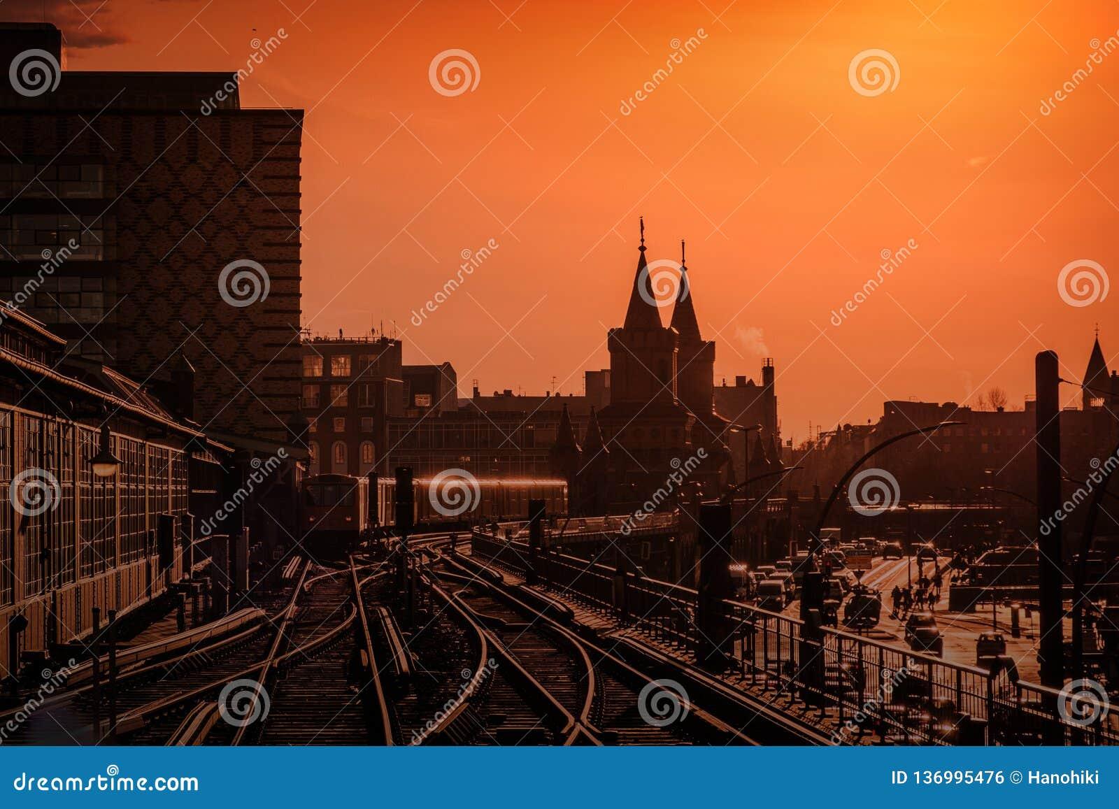 Berlin Cityscape während des Sonnenuntergangs mit Zug über Oberbaum-Brücke zwischen Kreuzberg und Friedrichshain