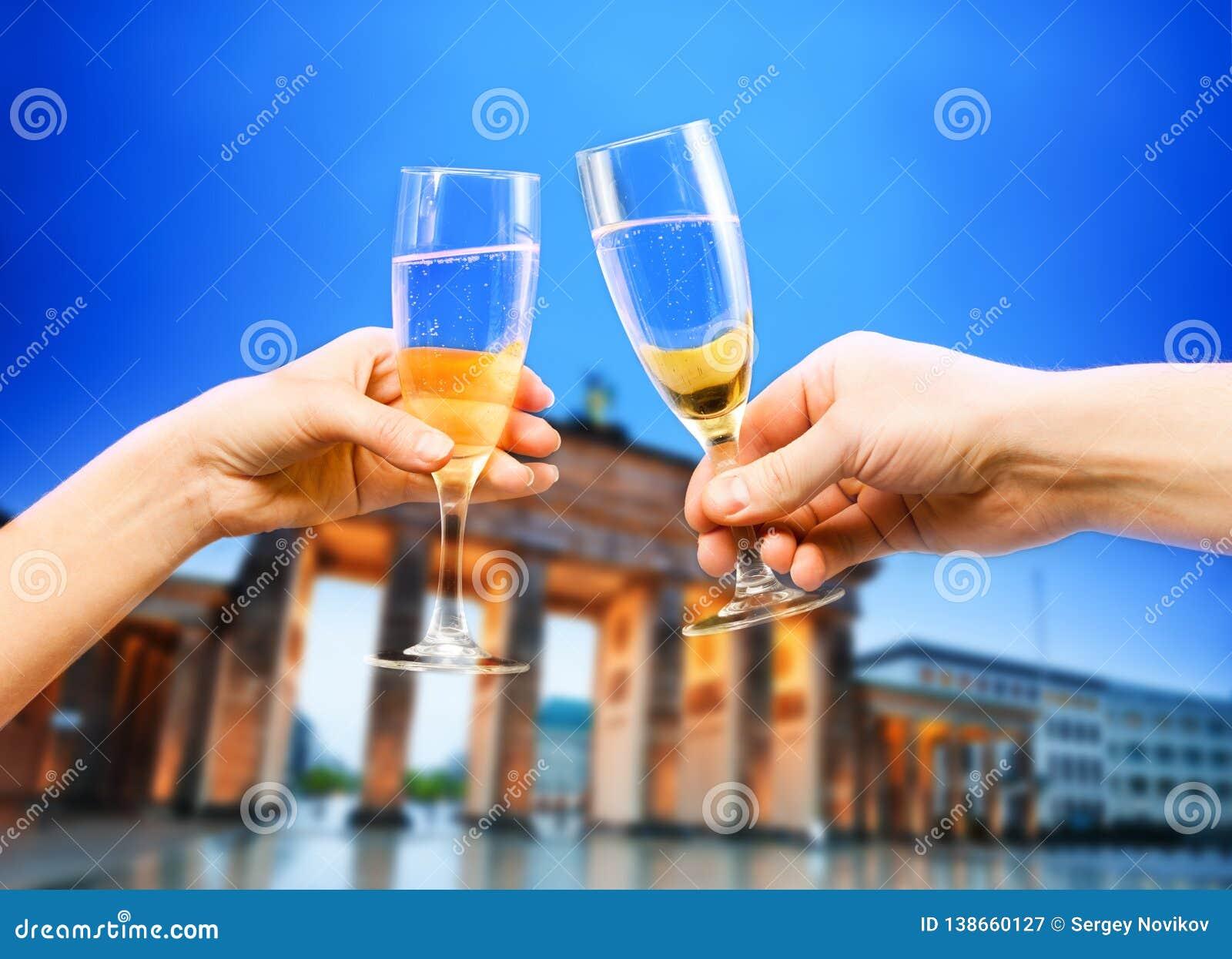 Berlin Germany Brandenburg, vidrios de champán, técnicas mixtas