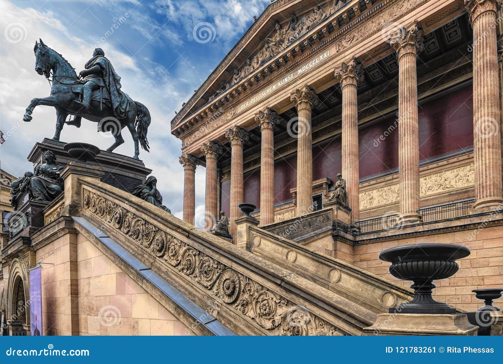 Berlin Germany opinión del 10 de julio de 2018 desde un punto de vista bajo en una parte de la escalera ingenioso hecha a mano, y