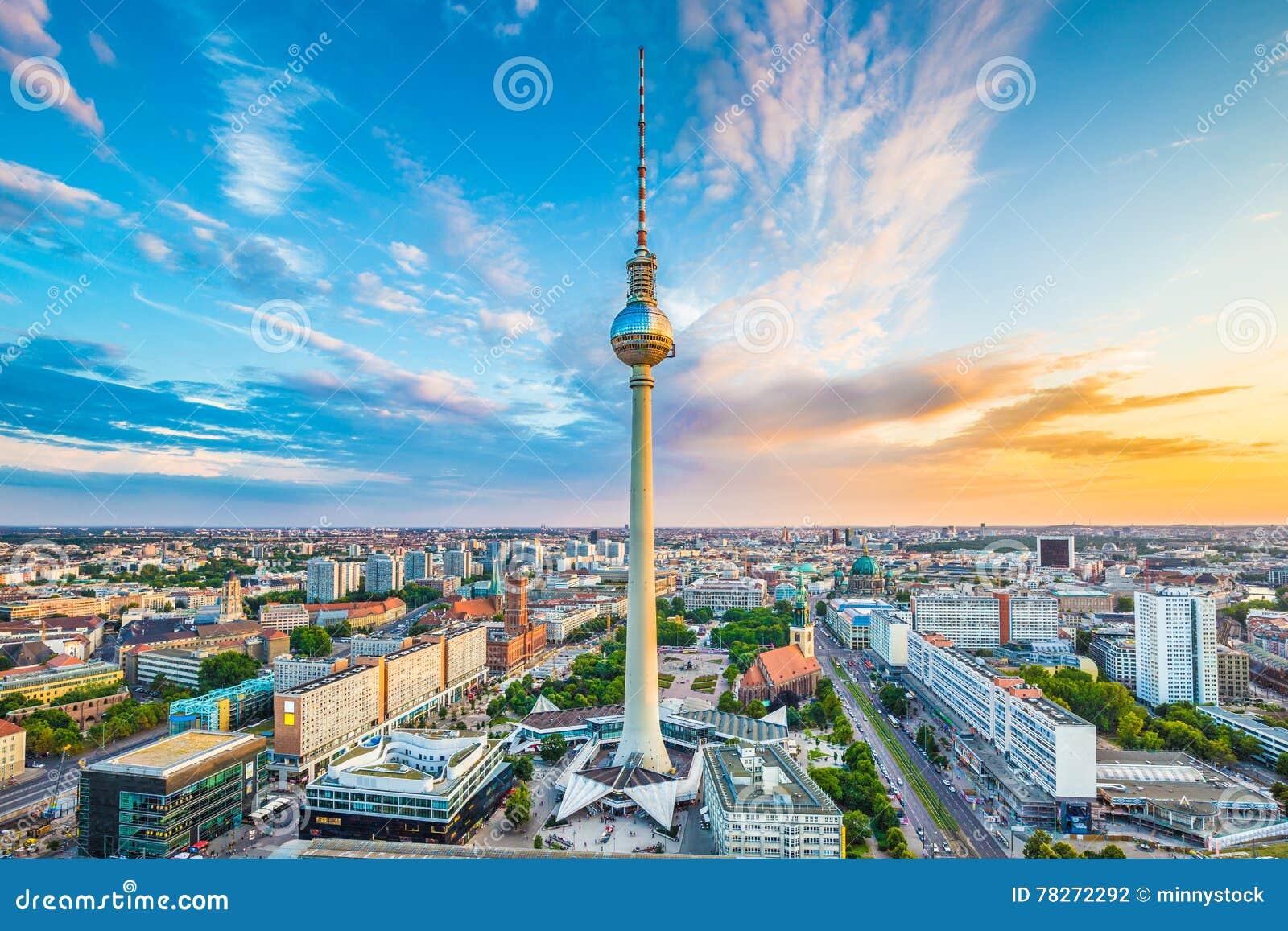 Berlin horisontpanorama med det berömda TVtornet på Alexanderplatz på solnedgången