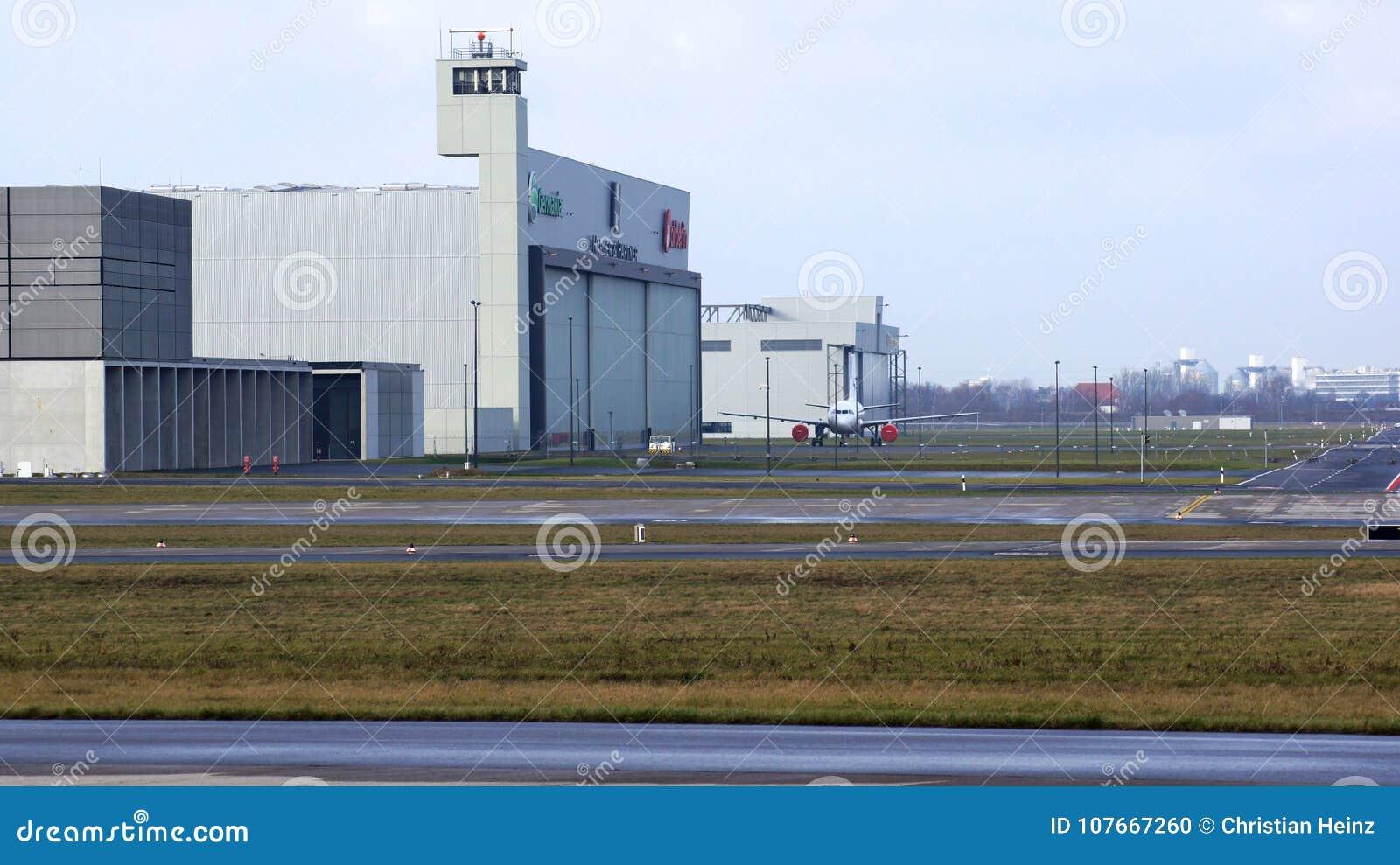 BERLIN NIEMCY, JAN, - 17th, 2015: Lotnictwo hangar przy przy Berlińskimi Brandenburg lotniska BER