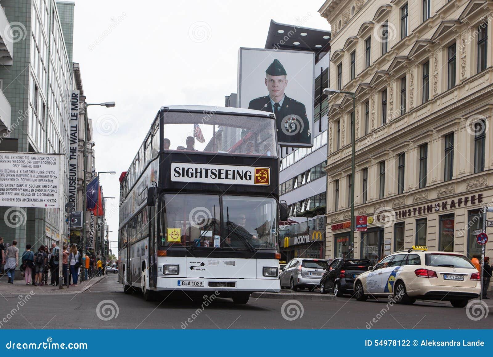 BERLIN NIEMCY, MAJ, - 10, 2015: Autobus przy Checkpoint Charlie Zachodni i - Berlin zostać symbolem