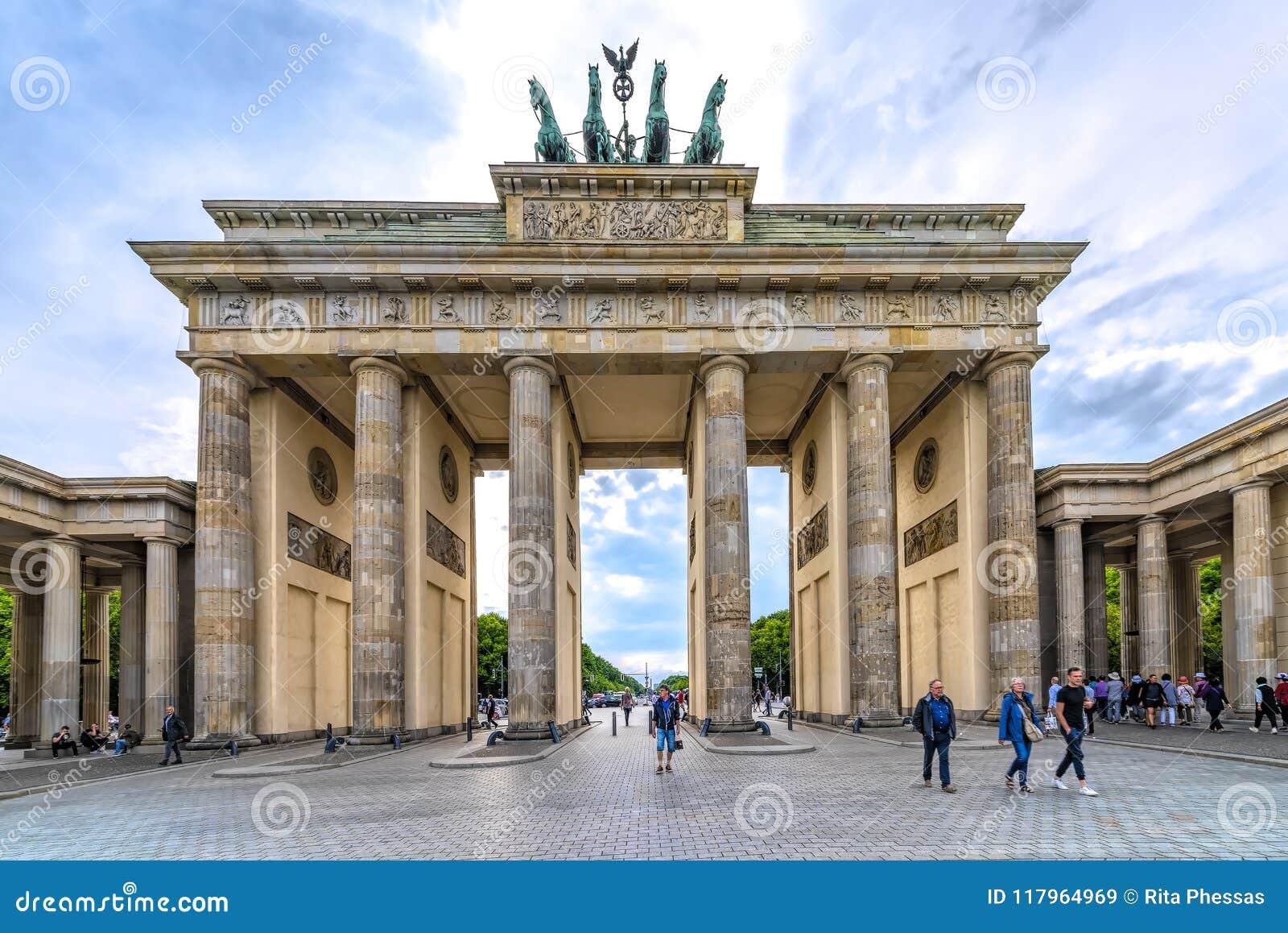 Berlin, Niemcy 16th 2018 Maj widok Brandenburg brama na pięknym jasnym dniu w wiośnie,