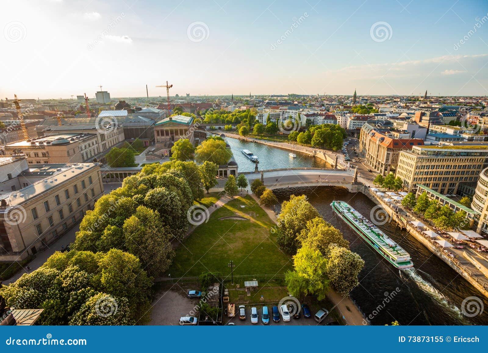 Berlin River Spree, Museumsinsel, y barco de la travesía