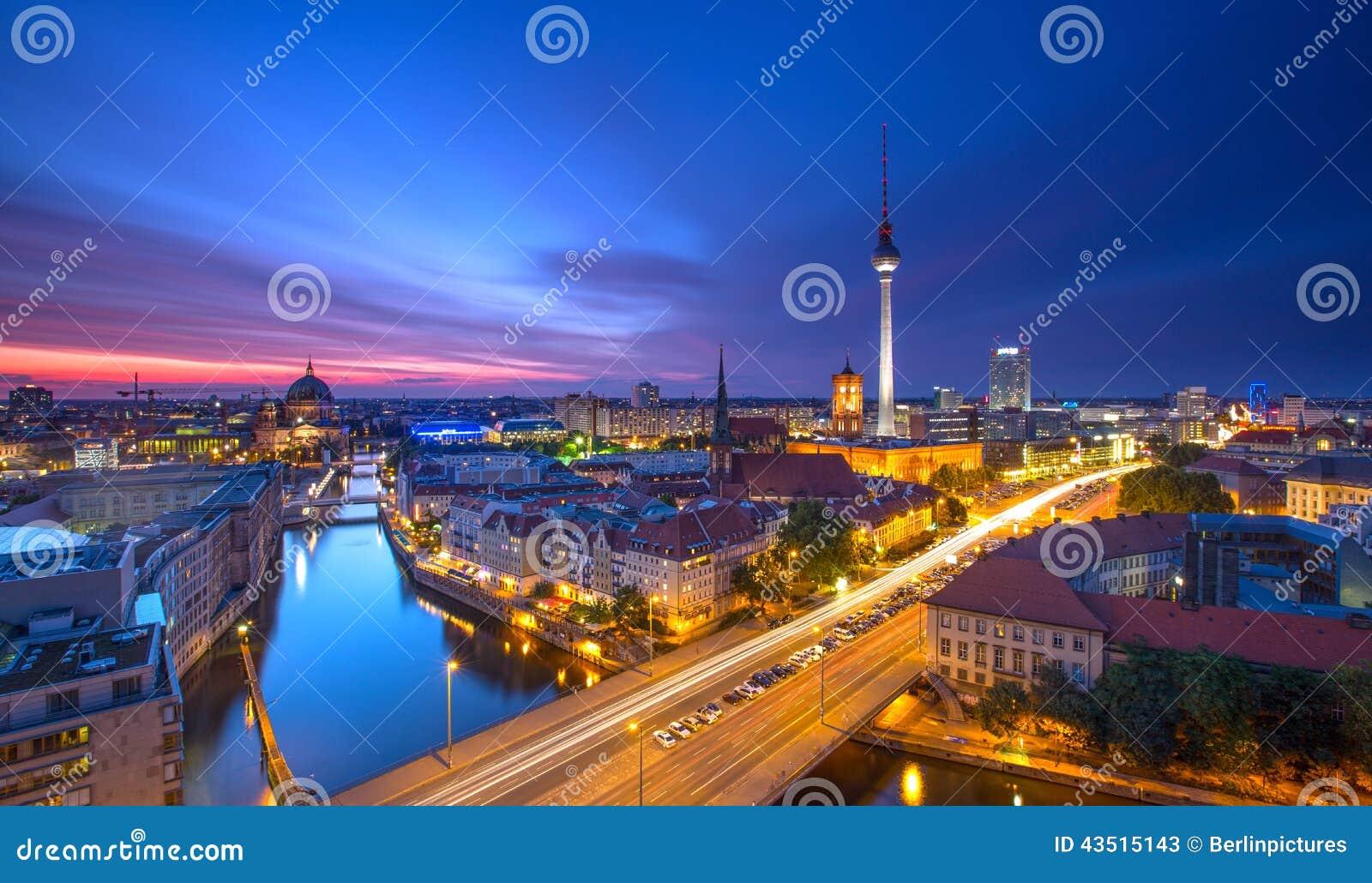 Berlin Skyline City Panorama mit Sonnenuntergang des blauen Himmels und Verkehr - berühmter Markstein in Berlin, Deutschland, Eur