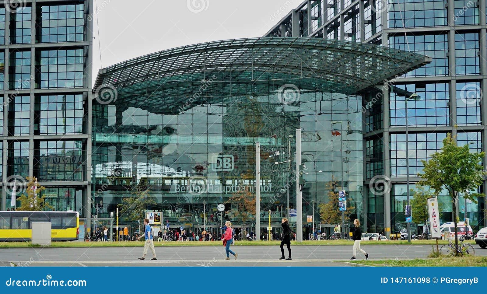 Berlin Train Stations-Äußeres und vier Fußgänger