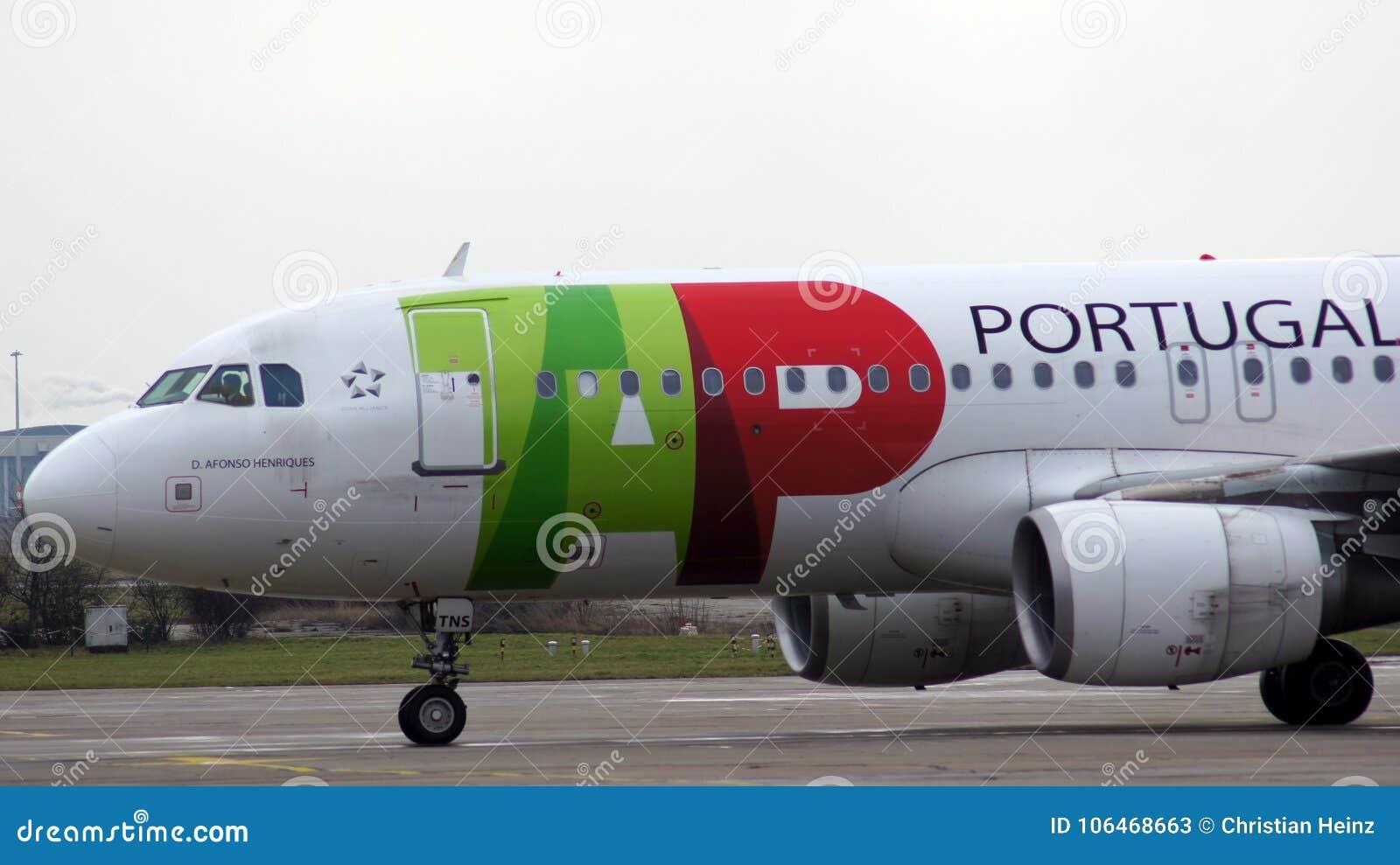 BERLIN TYSKLAND - JANUARI 17th, 2015: Flygbuss A320 från TAP Portugal på flygplatsen Schoenefeld SXF