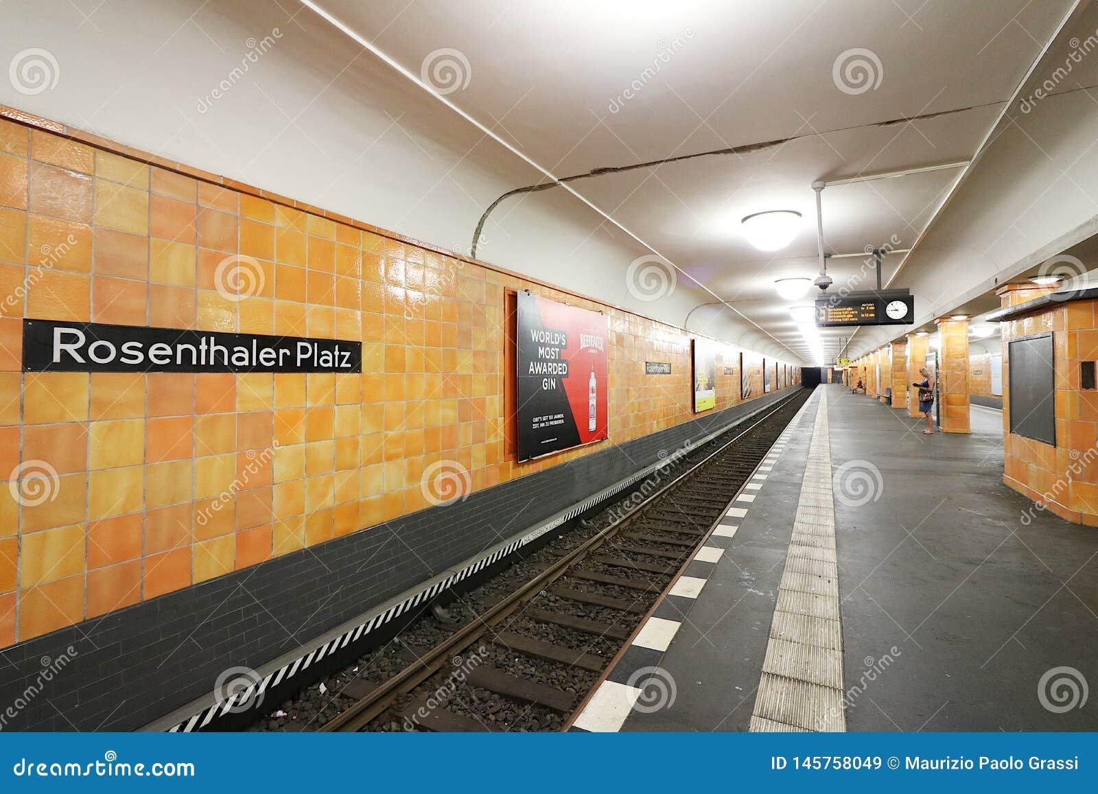 Berlin Tyskland, 13 Juni 2018 Rosenthaler Platz underjordisk station Väggar som täckas i orange keramiskt