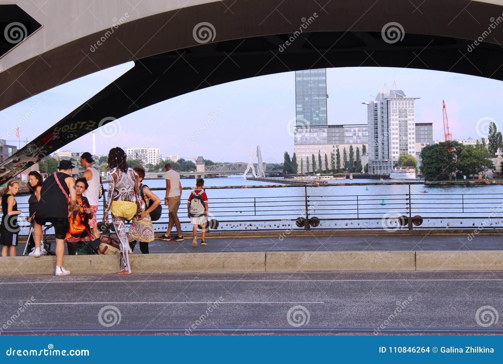 Berlin Tyskland: Ungdomhak under bron i Berlin