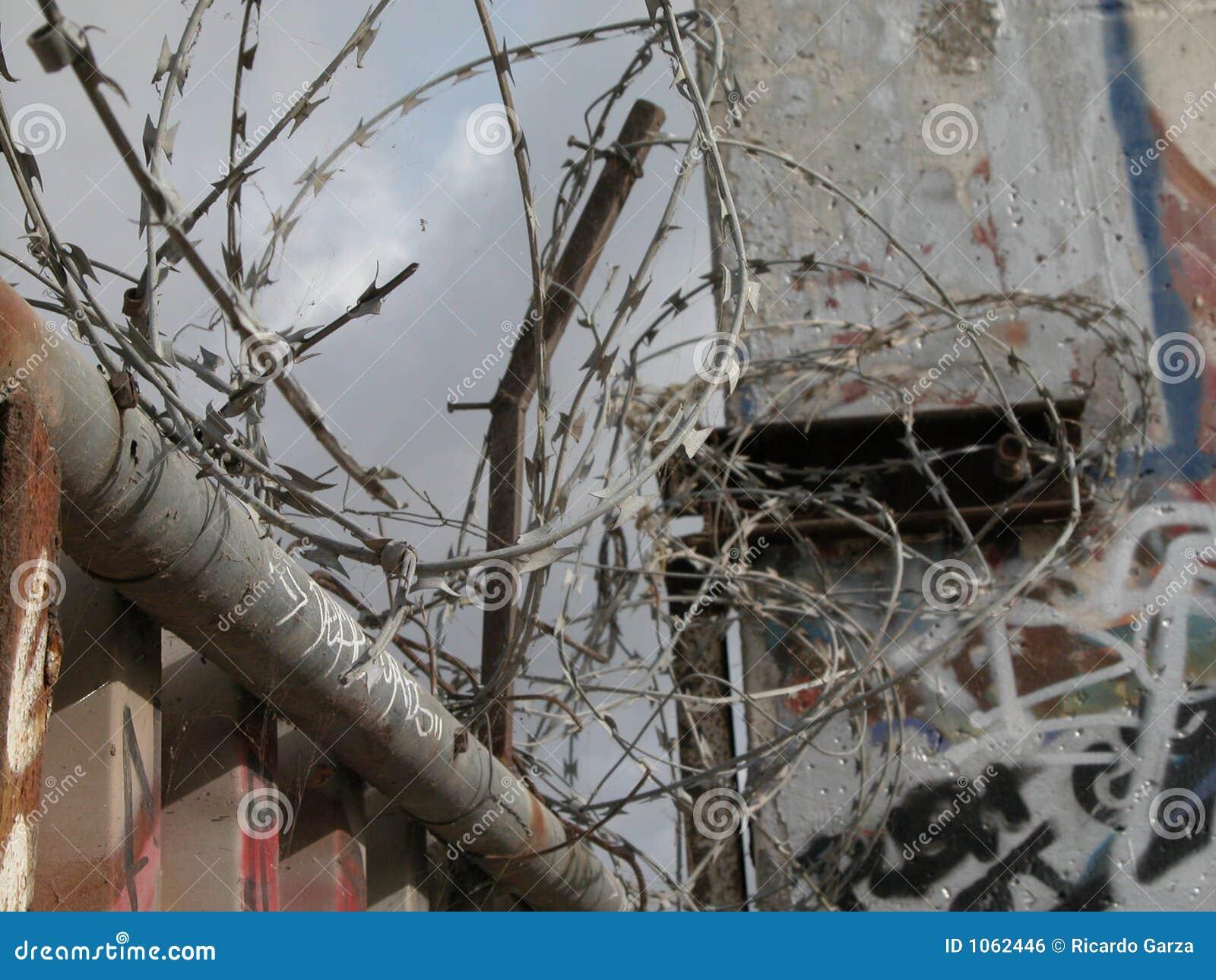 Berliner Mauer Constantina-Draht Stockfoto - Bild von draht, divide ...