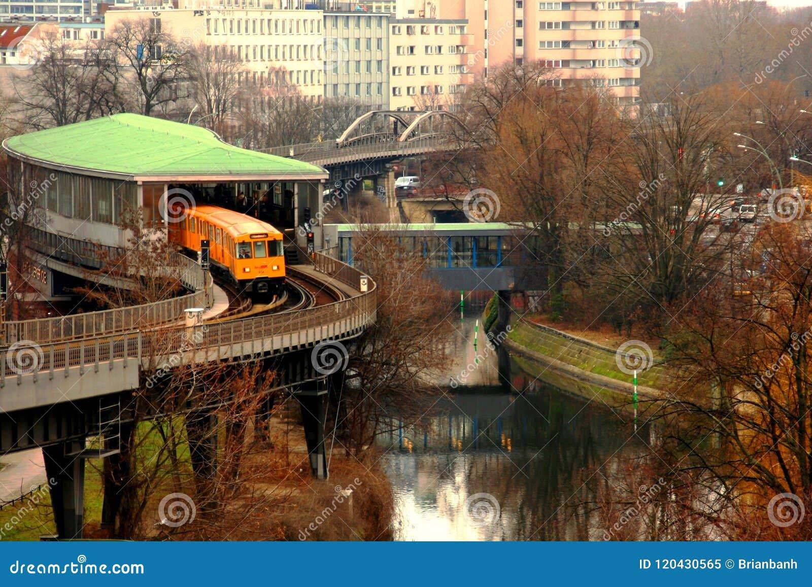 Berling giallo U-bahn che esce il binario della stazione un giorno di inverno