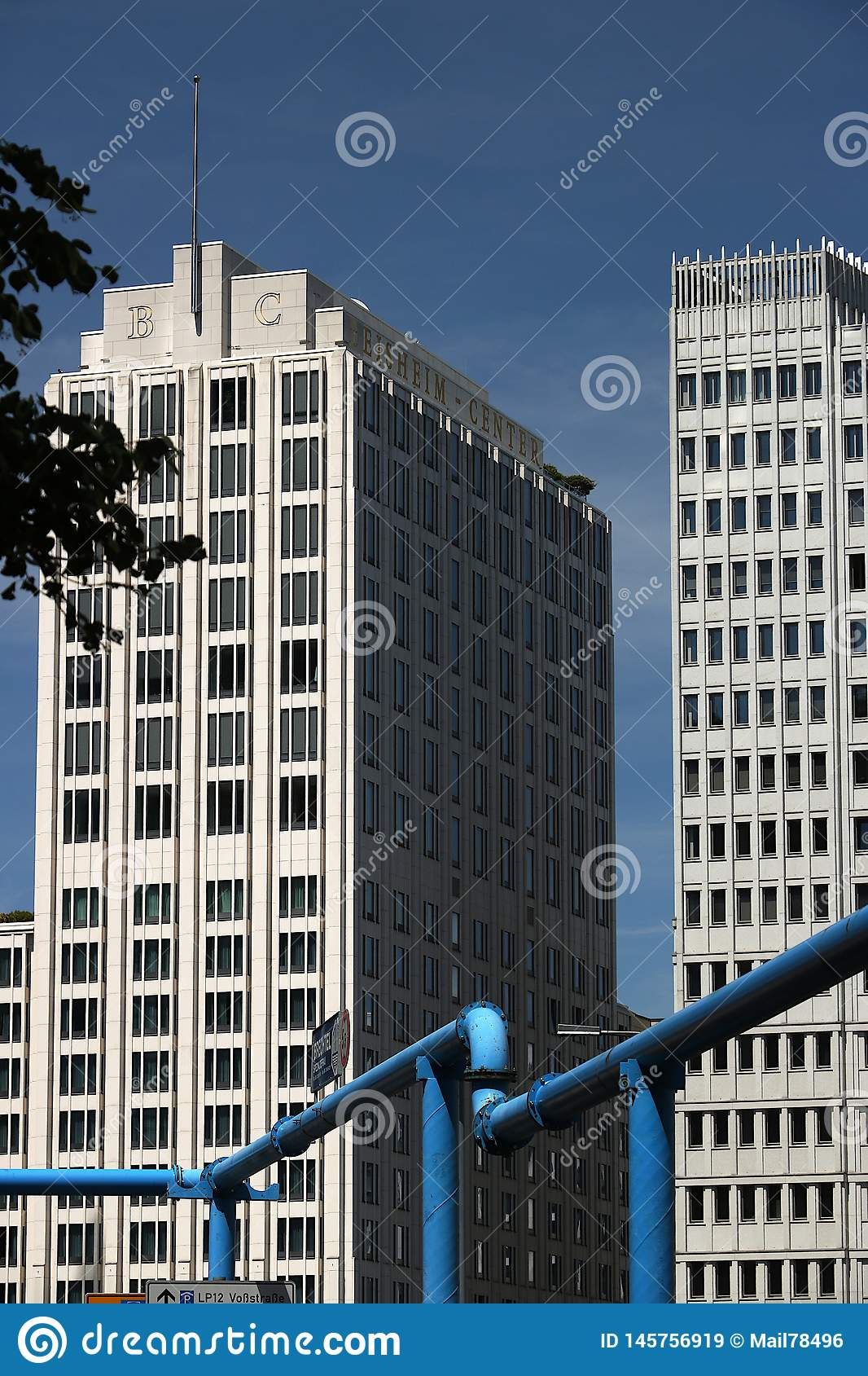 Berlitz 06/14/2018 波茨坦广场的摩天大楼 在前景一个蓝色管子
