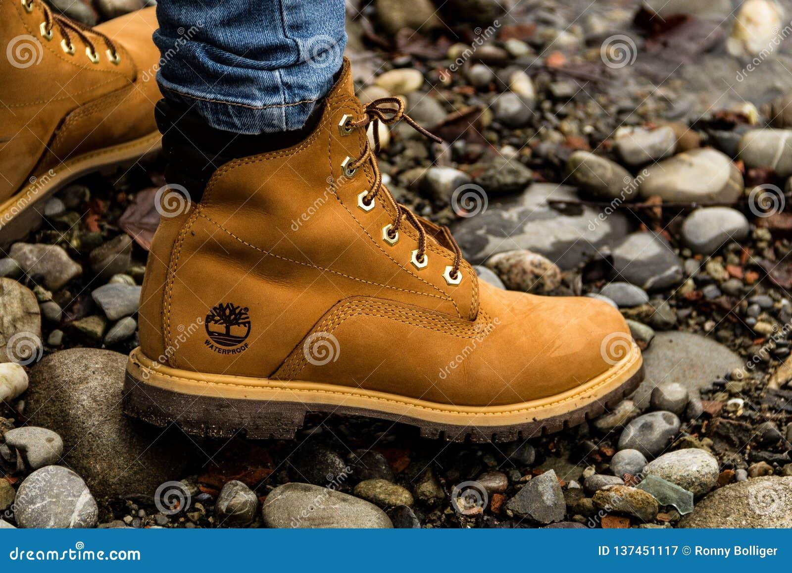 Bern Schweiz, 9 12 18: Nästan klart Slut upp av den stilfulla gula kängan på det kvinnliga benet Damanseende på gräset
