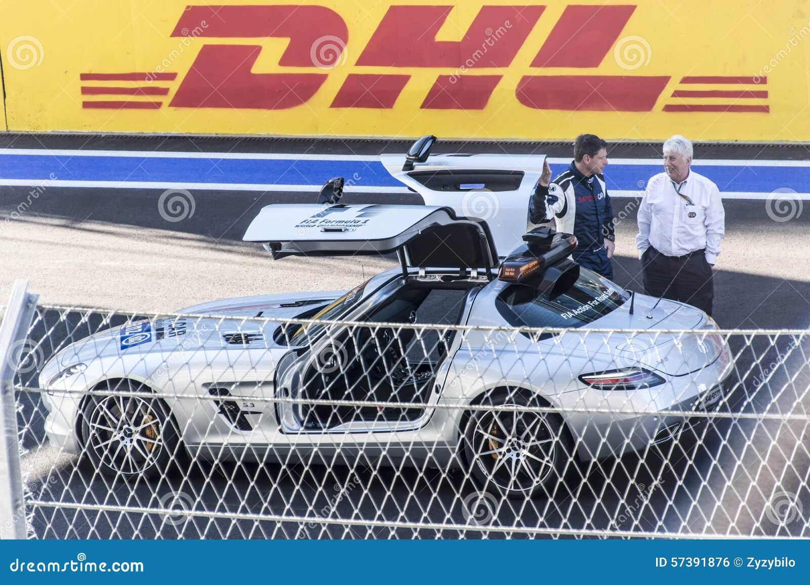 Bernd Maylander met de FIA-ras Directeur Charlie Whiting De brandkast