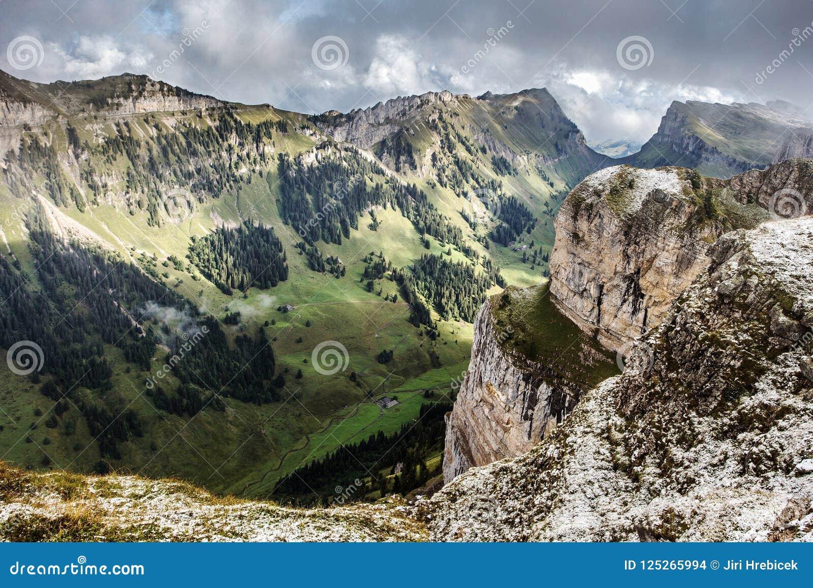 Berne Alpen von der Spitze Niederhorn im Sommer, Bezirk von Bern, die Schweiz, Tapete