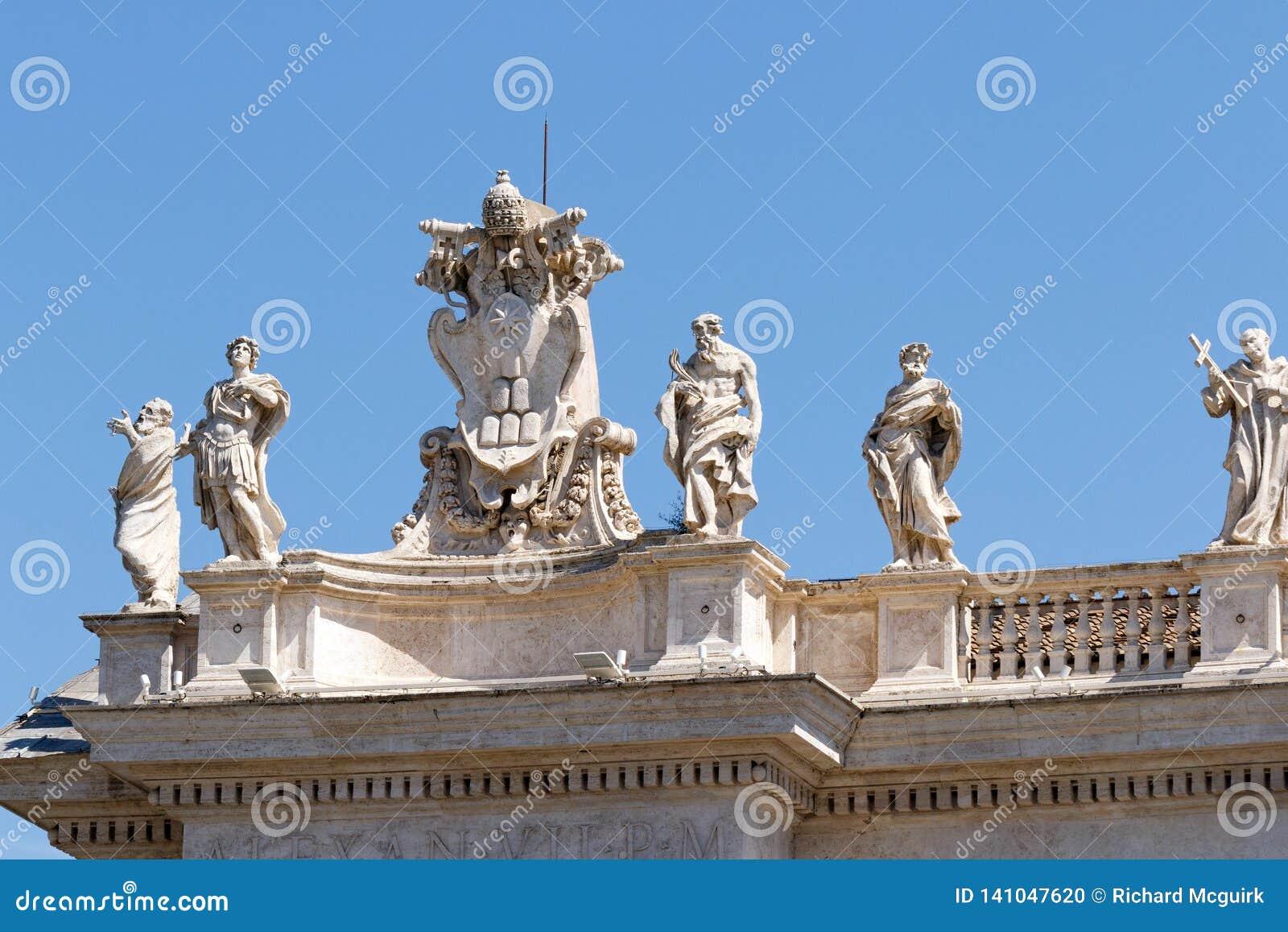 Berninis skulpturer överst av kolonnaden