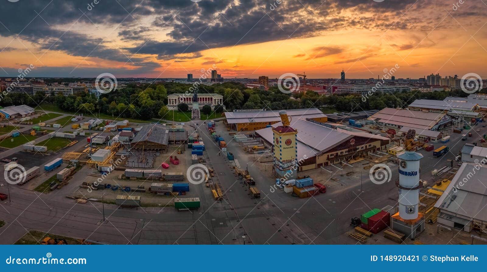 Beroemd Beieren bij zonsondergang met de Oktoberfest-voorbereidingen vooraan