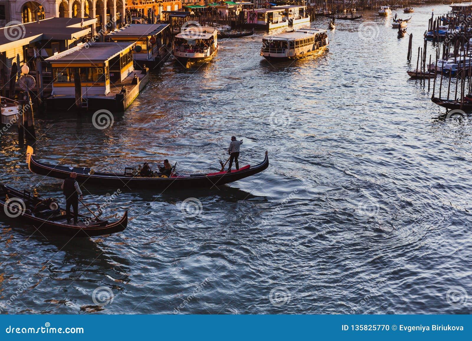 Beroemd groot kanaal van Rialto-Brug op zonsondergang in Venetië, Italië