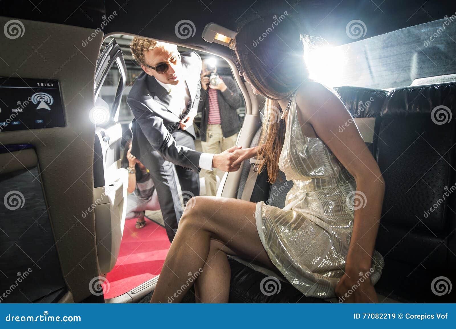 Beroemd paar die van een limousine weggaan