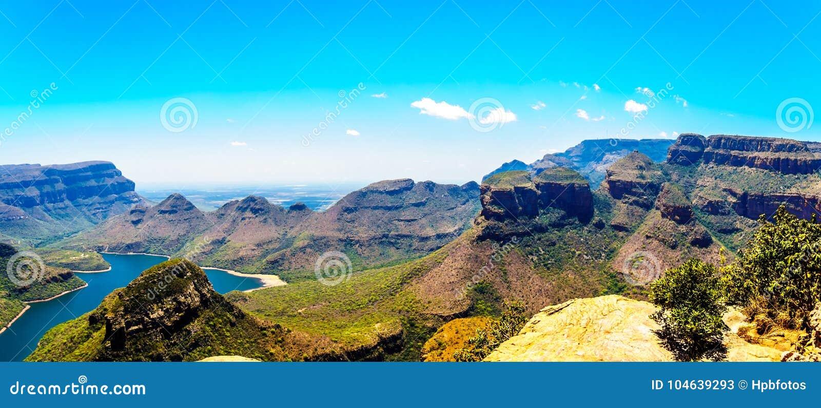 Download Beroemde Drie Rondavels En Andere Bergen Die De Blyde-Rivierdam In Het Blyde-Natuurreservaat Van De Riviercanion Omringen Stock Afbeelding - Afbeelding bestaande uit panoramisch, mooi: 104639293