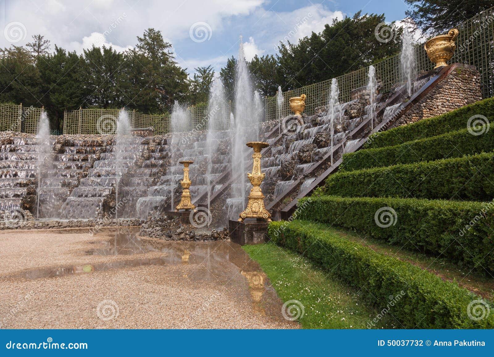 beroemde fonteinen in het park van het paleis van. Black Bedroom Furniture Sets. Home Design Ideas