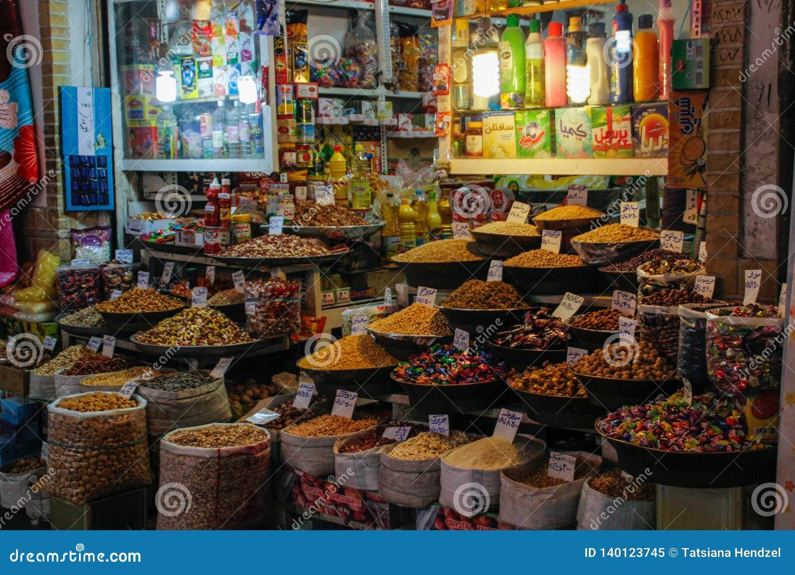 Beroemde Iraanse marktbazaar met gedroogd fruit en snoepjes op de teller