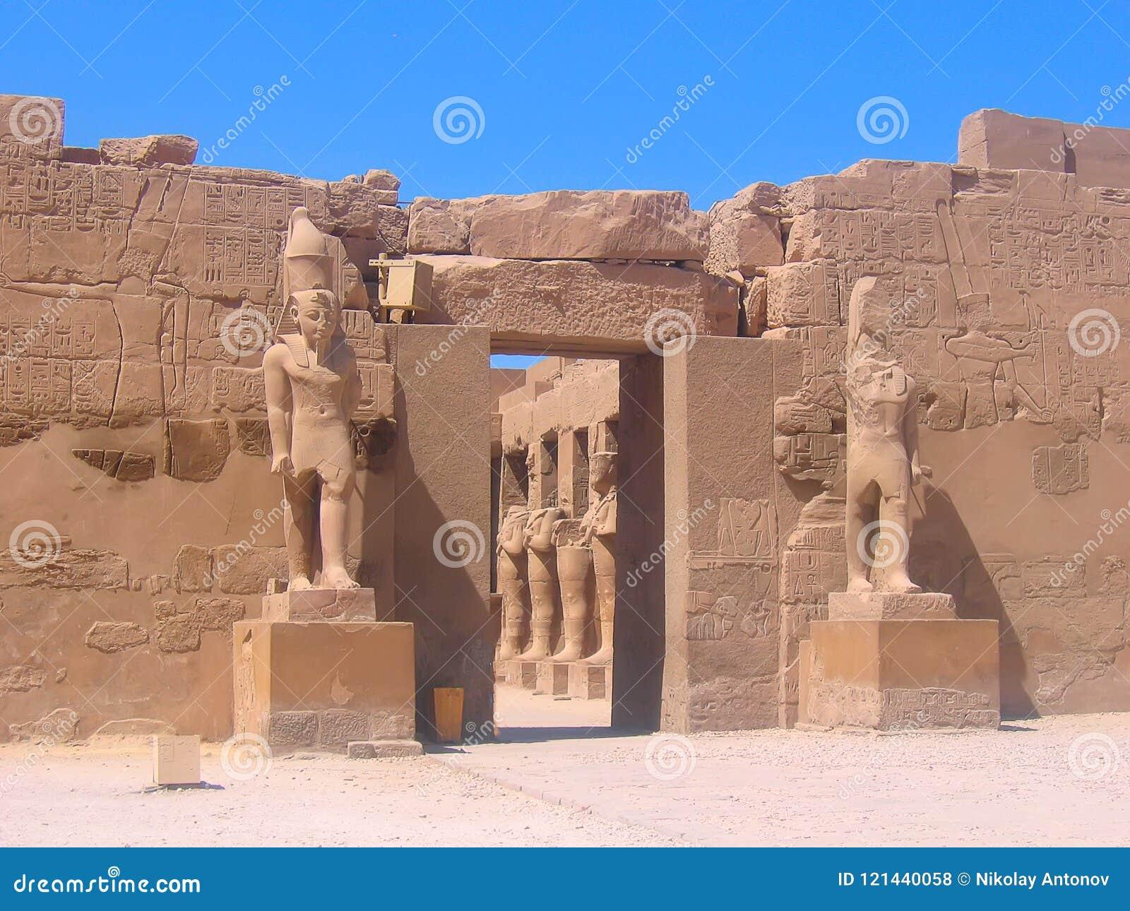 Beroemde oude ruïnes van Karnak-tempel in Luxor, Egypte Ingang aan de tempel