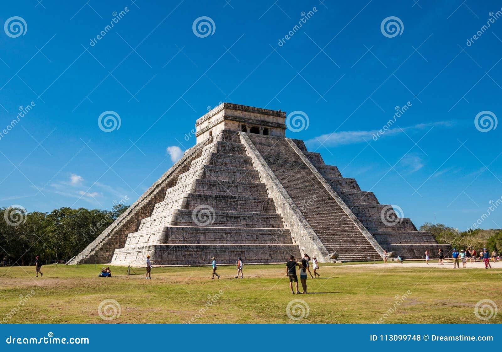 Beroemde piramide tegen blauwe hemel bij oude Mayan ruïnes van Chichen Itza in Mexico