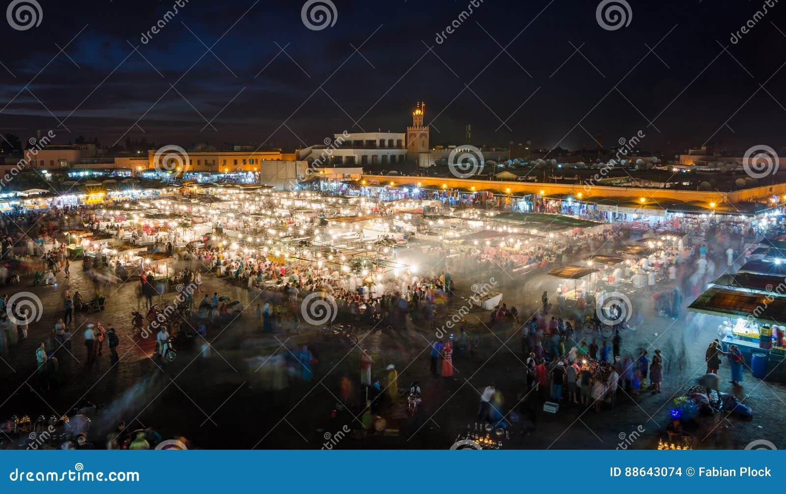 Beroemde vierkante Jemaa Gr Fna bezig met vele mensen en lichten tijdens de nacht, medina van Marrakech, Marokko