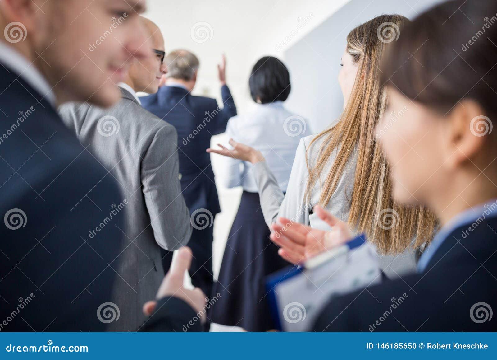 Beroeps die terwijl het Lopen met Team In Office bespreken