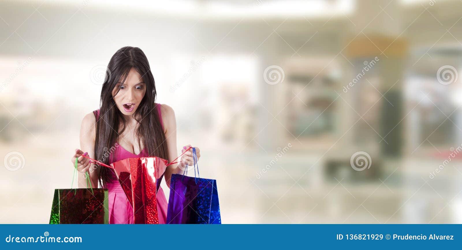 ?berraschtes Fraueneinkaufen