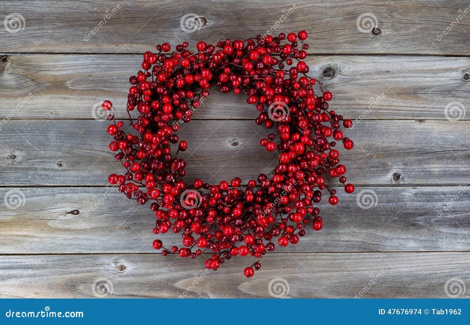 Berry Holiday Wreath vermelho na madeira