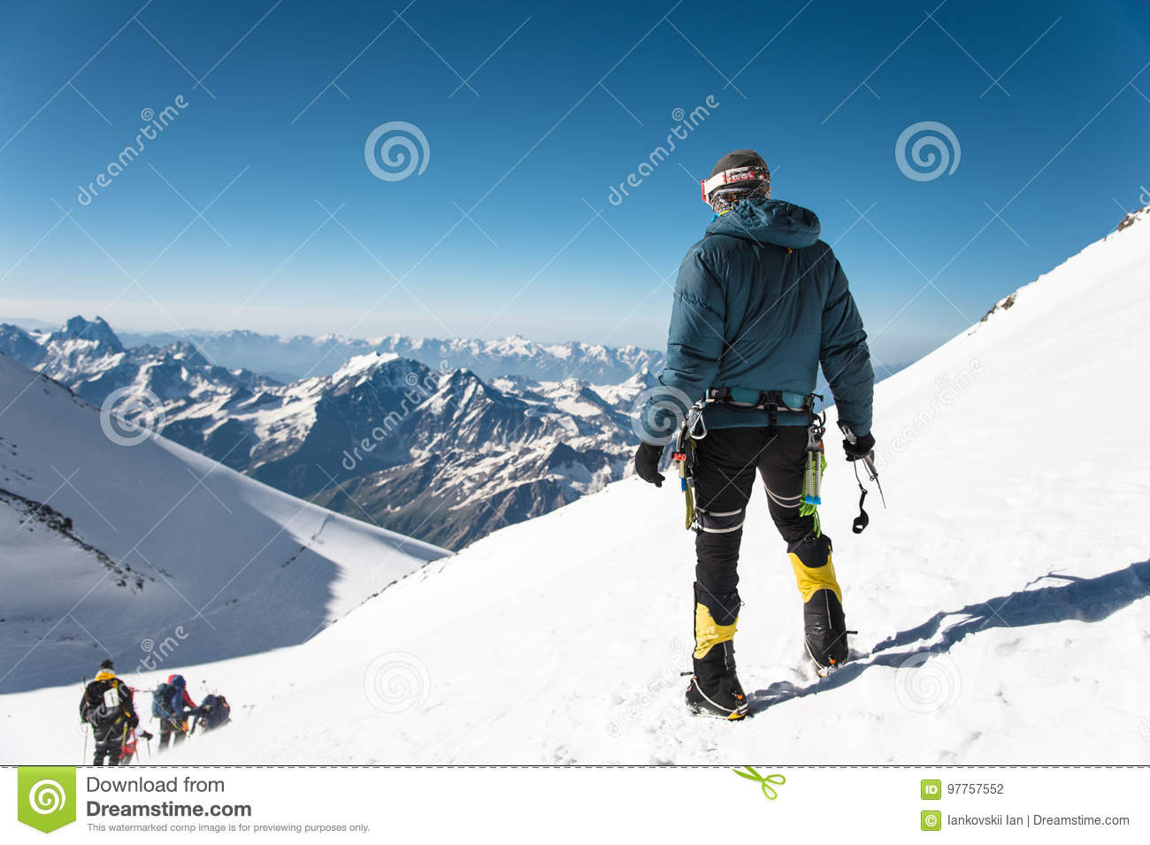 berufsf hrer bergsteiger auf dem schneebedeckten gipfel elbrus des schlafenvulkans stockfoto. Black Bedroom Furniture Sets. Home Design Ideas