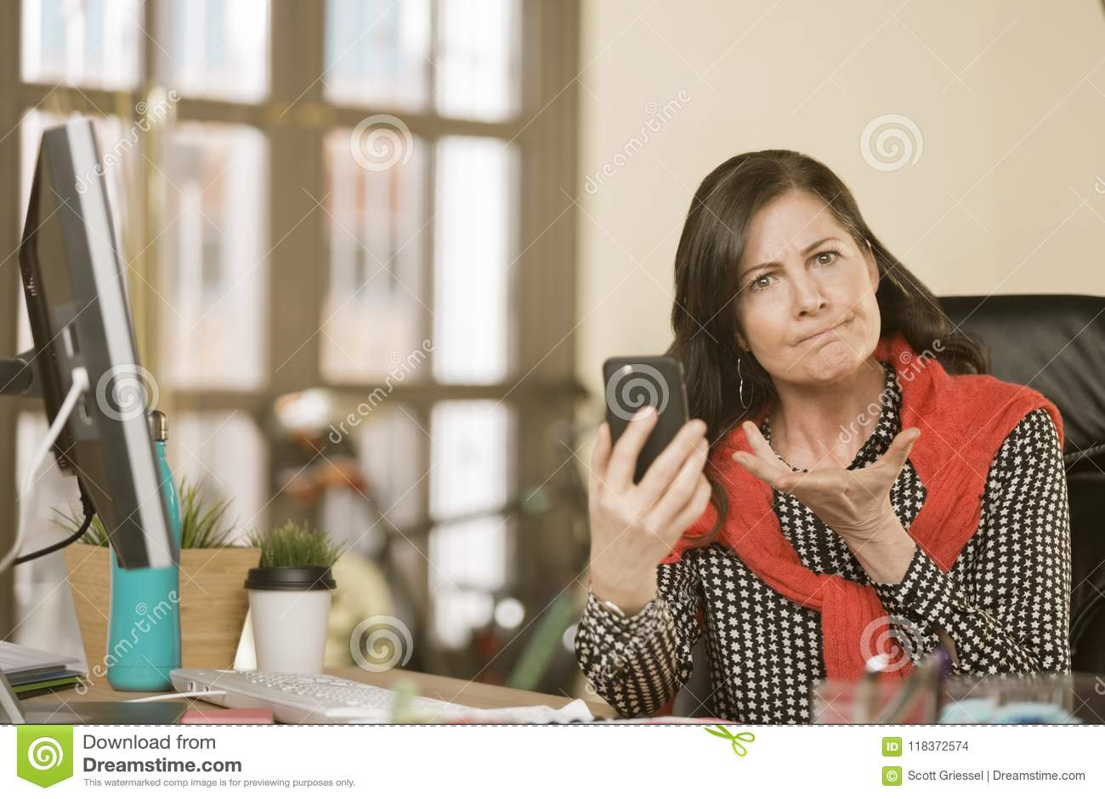 Berufsfrau, die zum Telefon-Inhalt reagiert