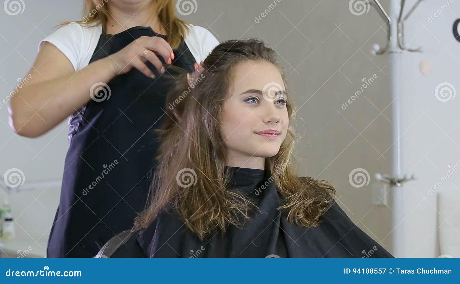 Berufsfriseur Stilist Der Frisur Fur Das Jugendlich Madchen