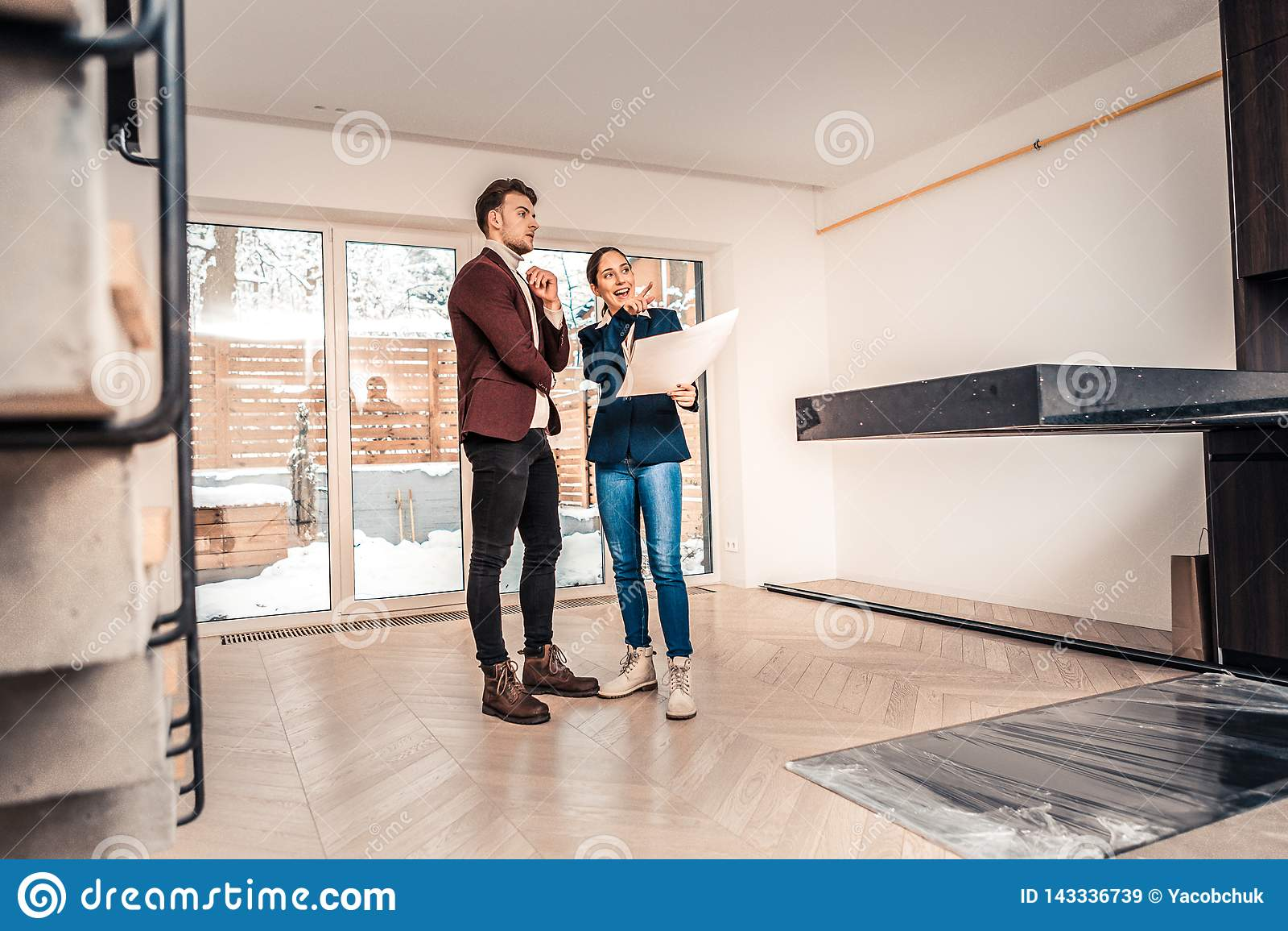 Berufsgrundstücksmakler, der über Eigenschaften des Hauses spricht