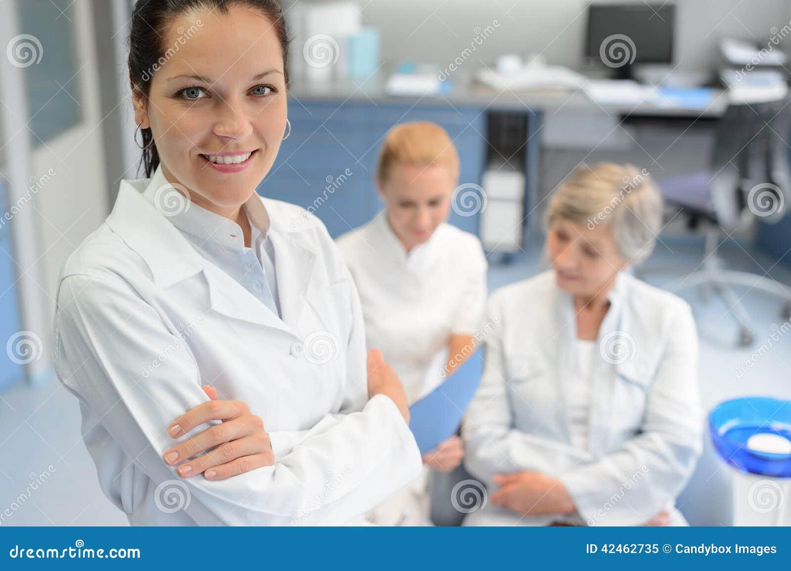 Berufszahnarztfrauenkrankenschwester-Seniorpatient