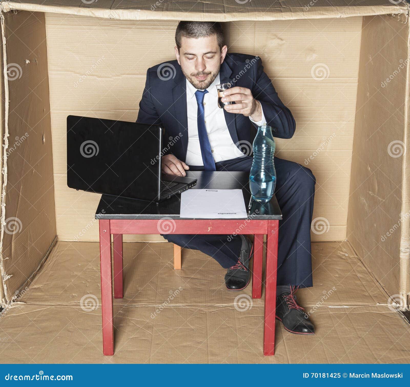 Berusad affärsman som läser ett avtal