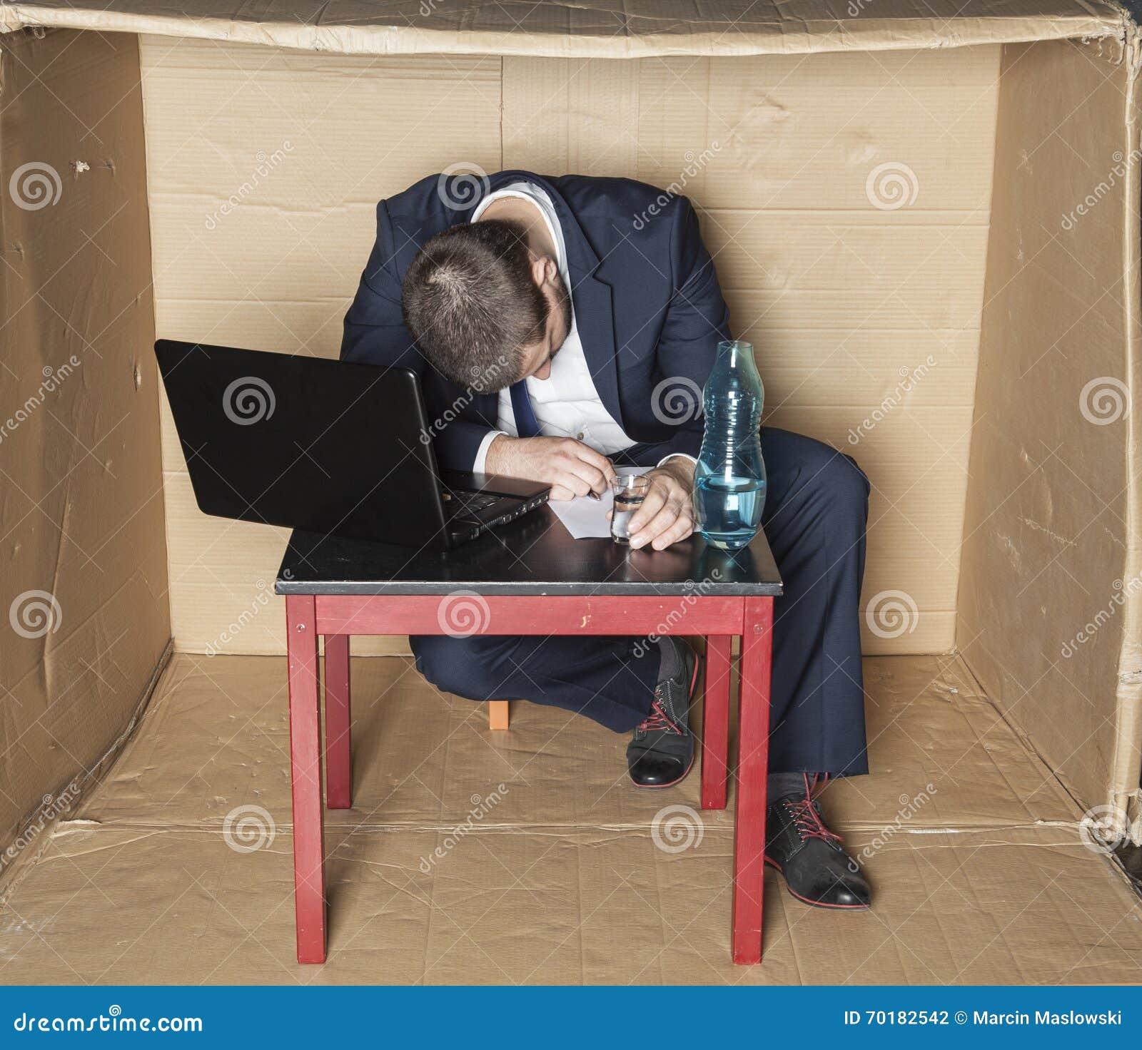 Berusad affärsman sovande på hans skrivbord